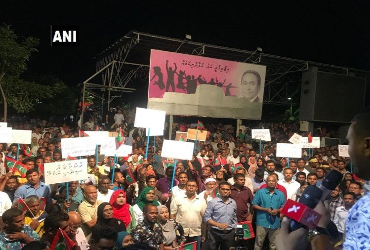 Male: Huge crowd spill out against Abdulla Yameen