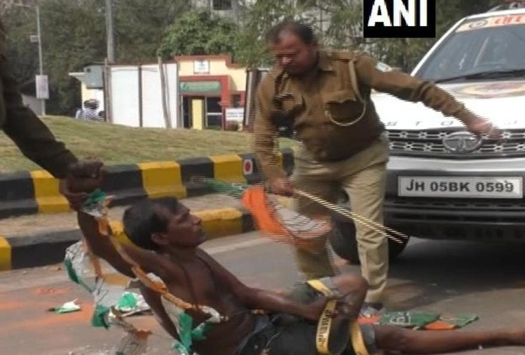 In jamshedpur policeman beat a mentally challenged man to remove him from middle of road