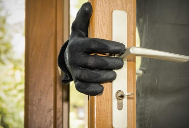 Chief Metropolitan Magistrate get call from neighbour about burglary in his house in daylight